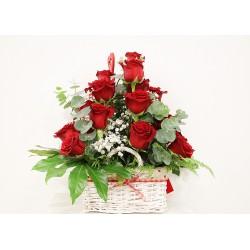 Cesto con 12 rosas rojas