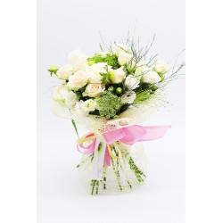Ramo flores variadas en tonos blancos y cremas