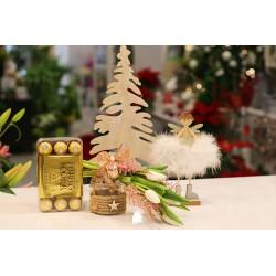 Detalle navideño, con hada, caja bombones y jarrón con  tulipanes