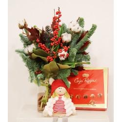 Ramo navideño, con jarrón, caja bombones, y muñeca